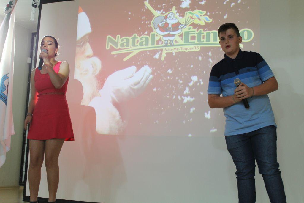 Nátali Graebim e Gabriel Andriolli, membros do Coral Municipal apresentaram-se dando uma amostra do que será o show de abertura